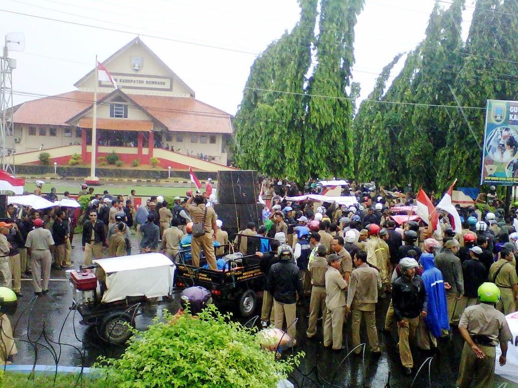 Ribuan Perangkat Desa Serbu DPRD