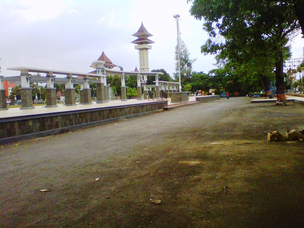 PKL Sebelah utara Alun-alun Enggan Pindah