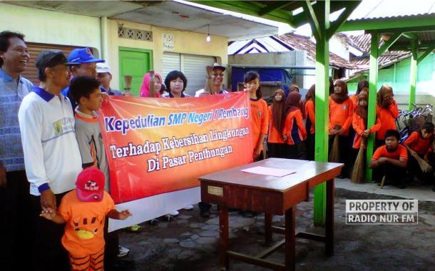 Siswa SMP N 1 Rembang Bersihkan Pasar Pentungan