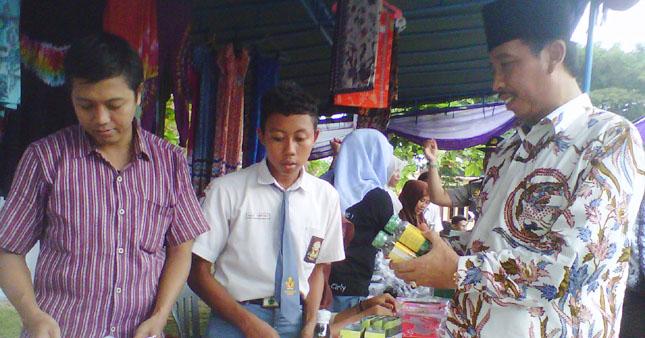 Sosialisasi Sekolah, Adakan Pasar Murah