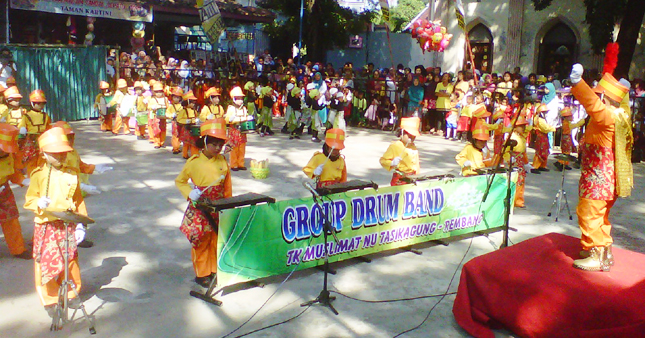 Belasan Drumband TK Meriahkan Dampo Awang Beach
