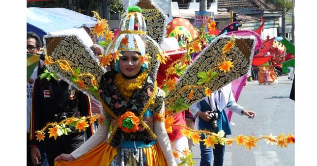 Puluhan Peserta Bergaun Ramaikan Karnaval 17-an