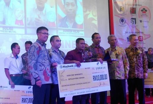 TKI Asal Desa Weton Terima Penghargaan 33 Juta Rupiah