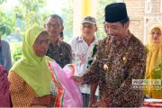 720 Warga Tidak Mampu di Kecamatan Sumber Terima Sumbangan