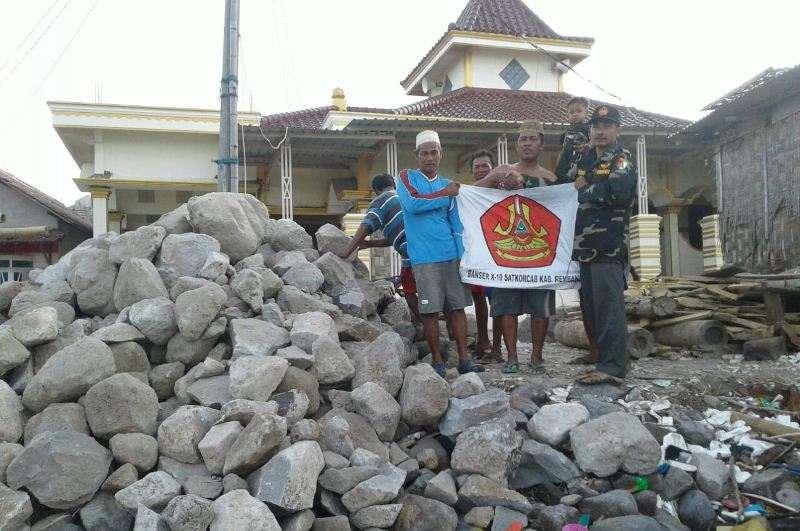 Kumpulkan Dana dari Anggota, Banser Kragan Cegah Abrasi di Masjid Pandangan Kulon