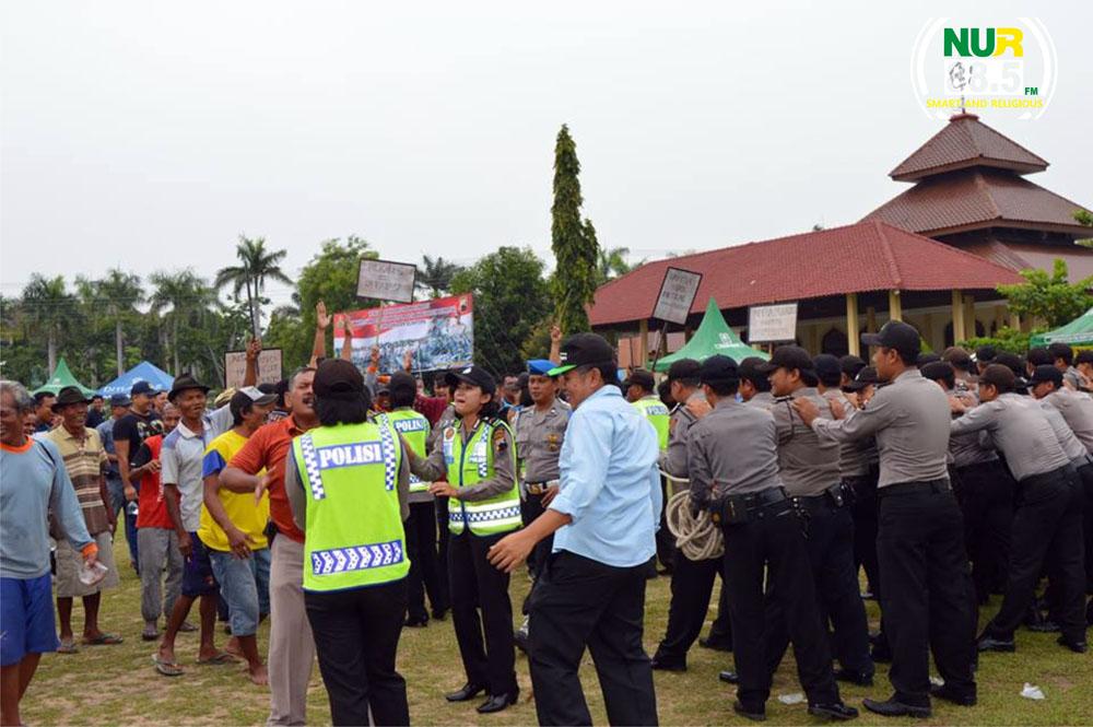 Polisi Bentrok Dengan Massa Timses Calon Kades