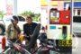Peringati Hari Kartini, Petugas SPBU Ini Gunakan Pakaian Adat Jawa Seharian