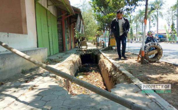 Miris! Trotoar Sepanjang Jalan Pemuda Rembang Terkesan Terabaikan