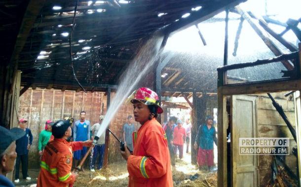 Ditinggal Pergi, Bediang Sapi Bakar Rumah Seisinya di Sulang