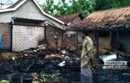 Rumah Terbakar di Sarang, Warga Gotong Royong Padamkan Pakai Diesel