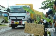 Kesal Jalan Rusak, Warga di Rembang Tanam Pohon Pisang dan Jambu di Tengah Jalan