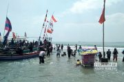 Diiringi Puluhan Perahu, Prosesi Larung Sesaji Dasun Kental Suasana Sakral