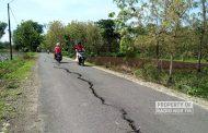 Waspada! Jalan Desa di Pancur Ini Terbelah Jadi Dua