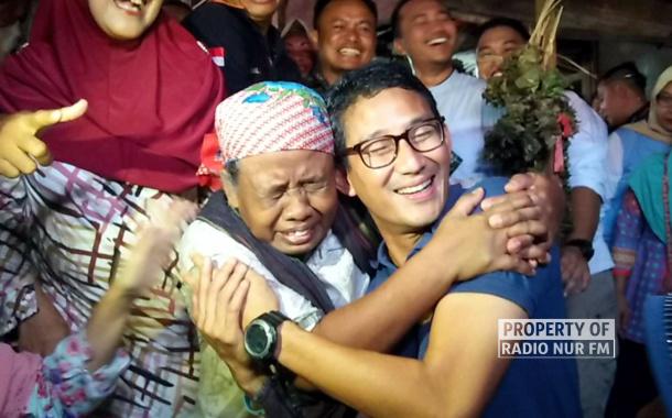 Blusukan ke Pasar Rembang, Sandiaga Uno Dipeluk Emak – Emak Pemulung