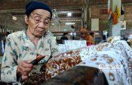 Tetap Membatik di Usia 87 Tahun, Mbah Sripah : Selama Saya Hidup ya Membatik